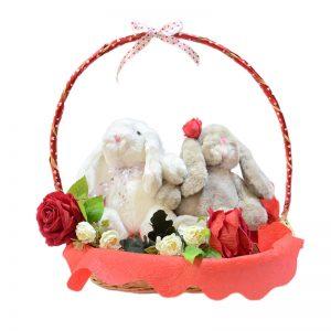 Pareja de conejos en canasta