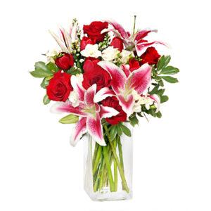 florero con rosas rojas y lilum